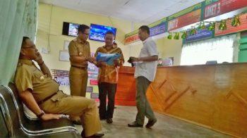 Bupati Lingga saat sidak di kantor Camat Singkep