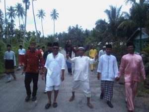 tradisi saling mengunjungi setelah pelaksanaan sholat Idul Fitri di desa kote natsir