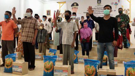 Isdianto Serahkan Secara Simbolis 15 Ribu Paket Bahan Pokok ke Pemkab Lingga