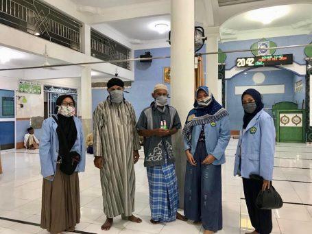 Tim Kukerta Relawan Covid-19 UNRI Bagikan Handsanitizer Untuk Petugas Pengumpul Zakat