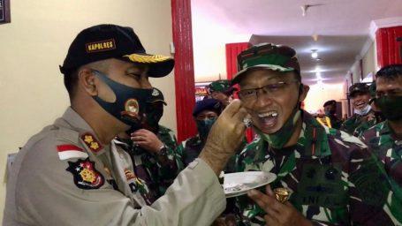 Beri Kejutan di Hari Bhayangkara, Laksamana Pertama TNI Didong Rio Duta Datangi Mapolres Lingga