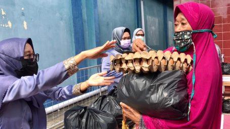 Memperingati Hari Buruh Sedunia, Dinas Tenaga Kerja Kabupaten Lingga dan LKS Tripartit Salurkan Sembako