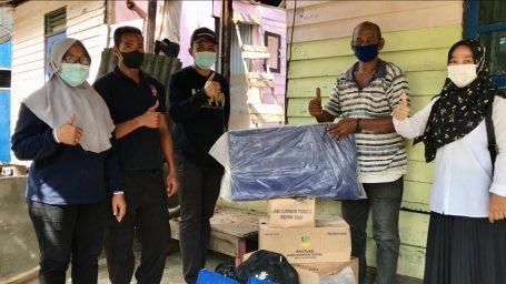 Penyerahan Bantuan Kepada Korban Rumah Tertimpa Pohon di Sekop Laut